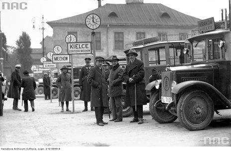 1928.10Pasażerowie na dworcu autobusowym na pl. Świętego Ducha w Krakowie. Widoczne autobusy stojące przy stanowiskach.