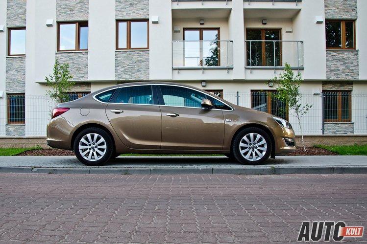 Opel Astra Tourer 14 Turbo Lpgtec Enjoy Vs Opel Astra Sedan 17
