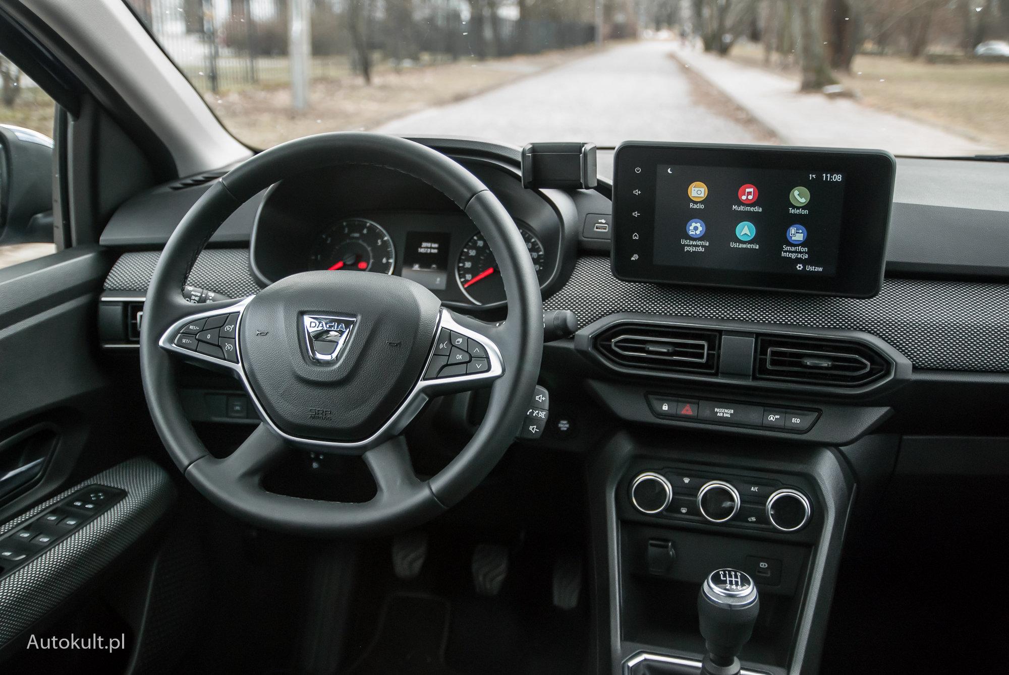Interiorul Dacia Sandero.  Fii atent la suportul telefonului.